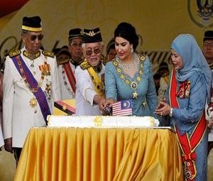 SIBU,12 Sept -- Yang Dipertua Negeri Sarawak, Tun Abdul Taib Mahmud (dua,kiri) dan isteri Toh Puan Ragad Kurdi memotong kek pada sambutan Harijadi Ke-79 Yang Dipertua Negeri Sarawak di Dataran Sibu hari ini. Turut hadir Ketua Menteri Sarawak Tan Sri Adenan Satem (kiri) dan isteri Datin Seri Jamilah Anu (kanan). -- fotoBERNAMA (2015) HAK CIPTA TERPELIHARA